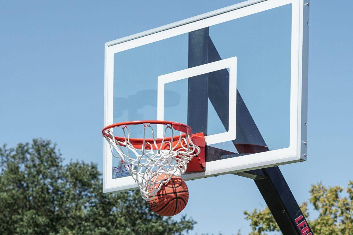 Inlägget handlar om att man ska arbeta med att komma fram till vad man ska fokusera på under olika moment när man idrottar och därför passar det bra med en bild på basket